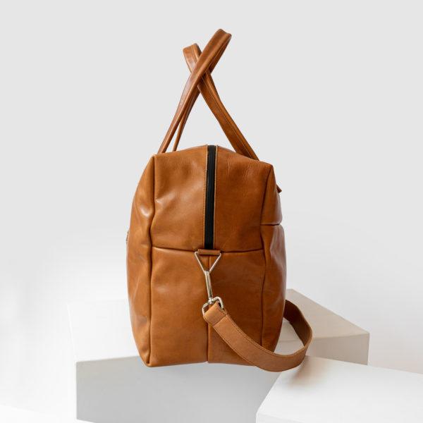 Seitenansicht Weekender Reisetasche mit Henkeln und Schultergurt mit cognacfarbenem geölten Naturleder