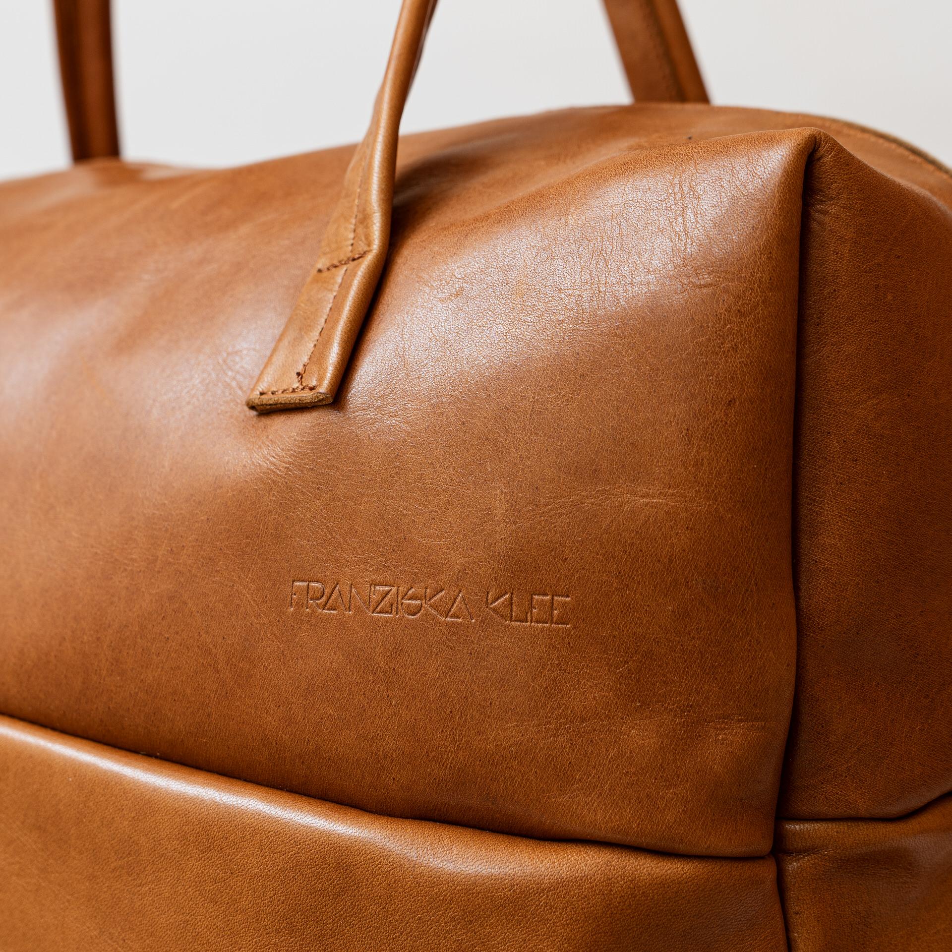 Detailansicht Weekender Reisetasche RIO mit Henkeln und Schultergurt aus cognacfarbenem geölten Naturleder