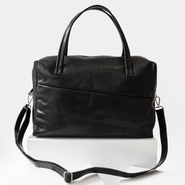 Frontansicht Weekender Reisetasche RIO mit Henkeln und Schultergurt aus schwarzem geölten Naturleder