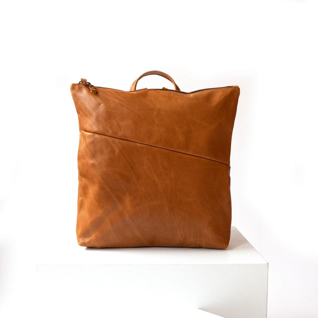 Vorderseite des Wickelrucksacks LIN aus nachhaltigem Naturleder in Cognac geölt
