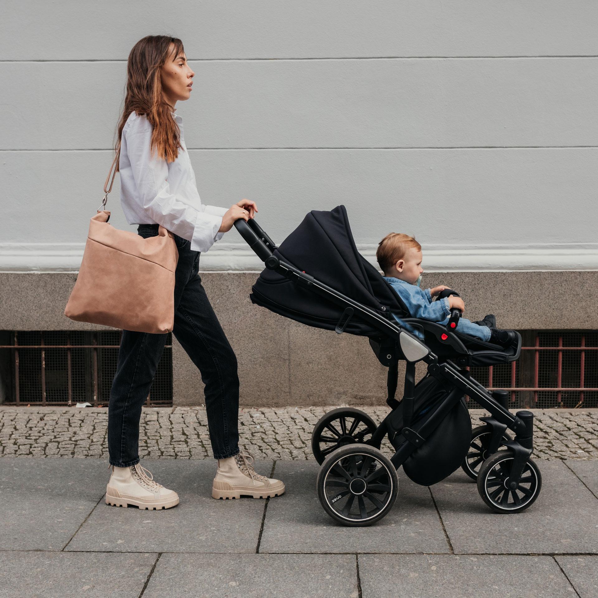 Model mit Wickeltasche Mia Midi in hellbraun aus nachhaltigem Naturleder
