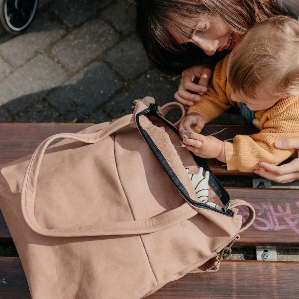 Mutter und Kind mit Wickeltasche Mia Midi in hellbraun aus nachhaltigem Naturleder