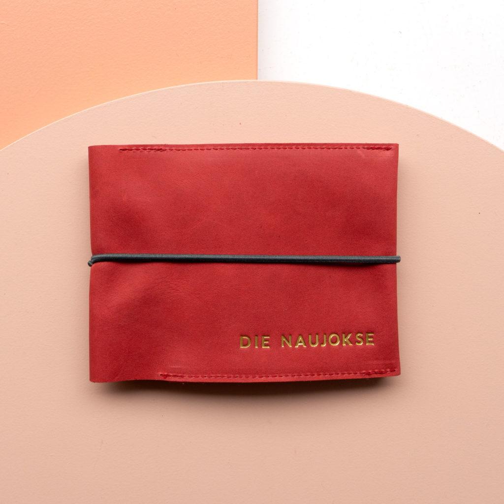 Familienreisepasshülle EVE aus Naturleder in Rot mit schwarzem Verschlussband und individueller Prägung in Gold