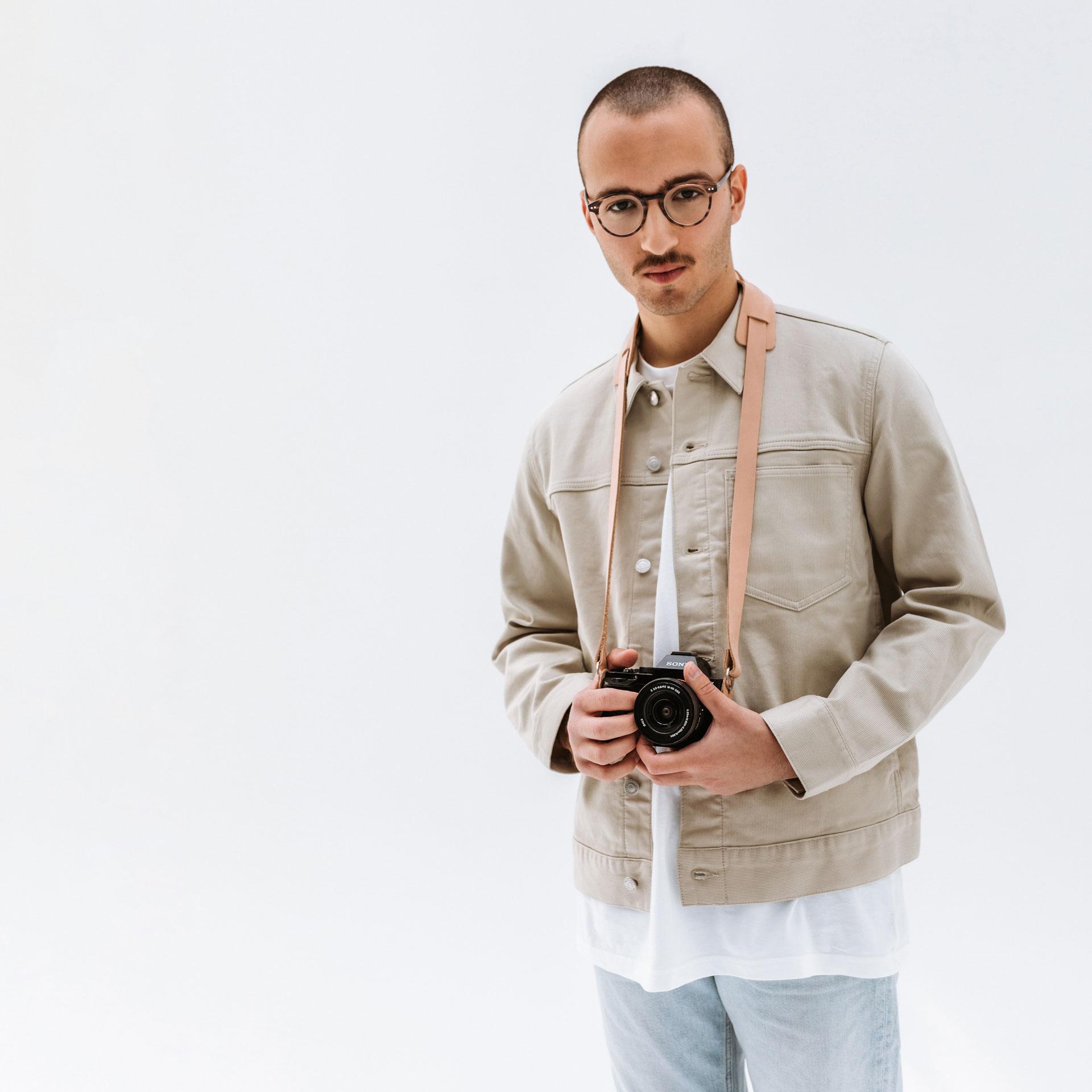 Unser Model trägt Fotogurt HAN um den Hals.