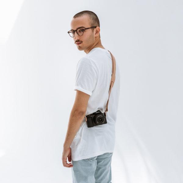 Model mit Kameragurt Han in Hellbraunem nachhaltigem Naturleder