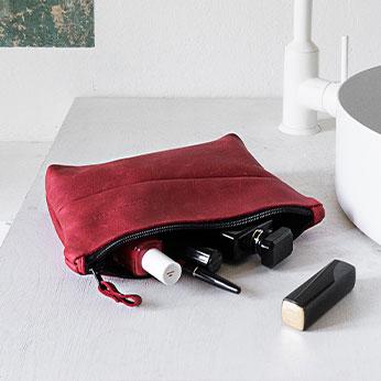 Unsere Pouches & Utensilientaschen kannst du für Make-Up, Stifte, Kabelwirrwarr und andere Dinge des Alltags nutzen.