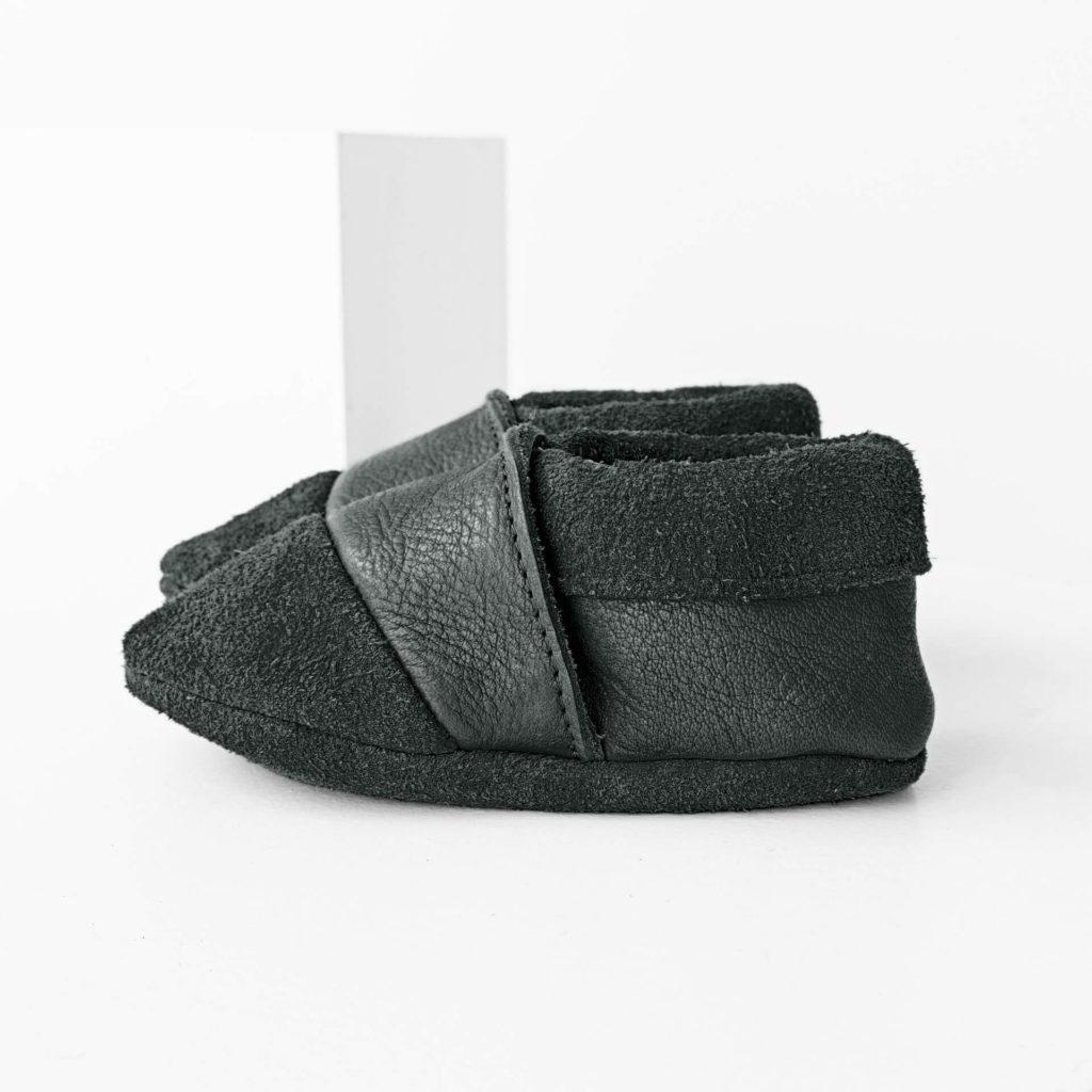 Seitenansicht der Lauflernschuhe MOQ aus nachhaltigem Naturleder in Grau