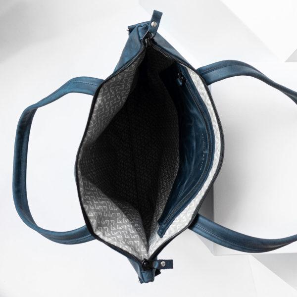 Innenansicht der Wickeltasche MIA MIDI aus Naturleder in Dunkelblau mit Futterstoff und Innentasche mit Reißverschluss