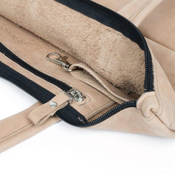 Detailansicht innen der Wickeltasche MIA MIDI aus Naturleder in Hellbraun mit Reißverschlussinnenfach, Schlüsselkarabiner und dezenter Logoprägung