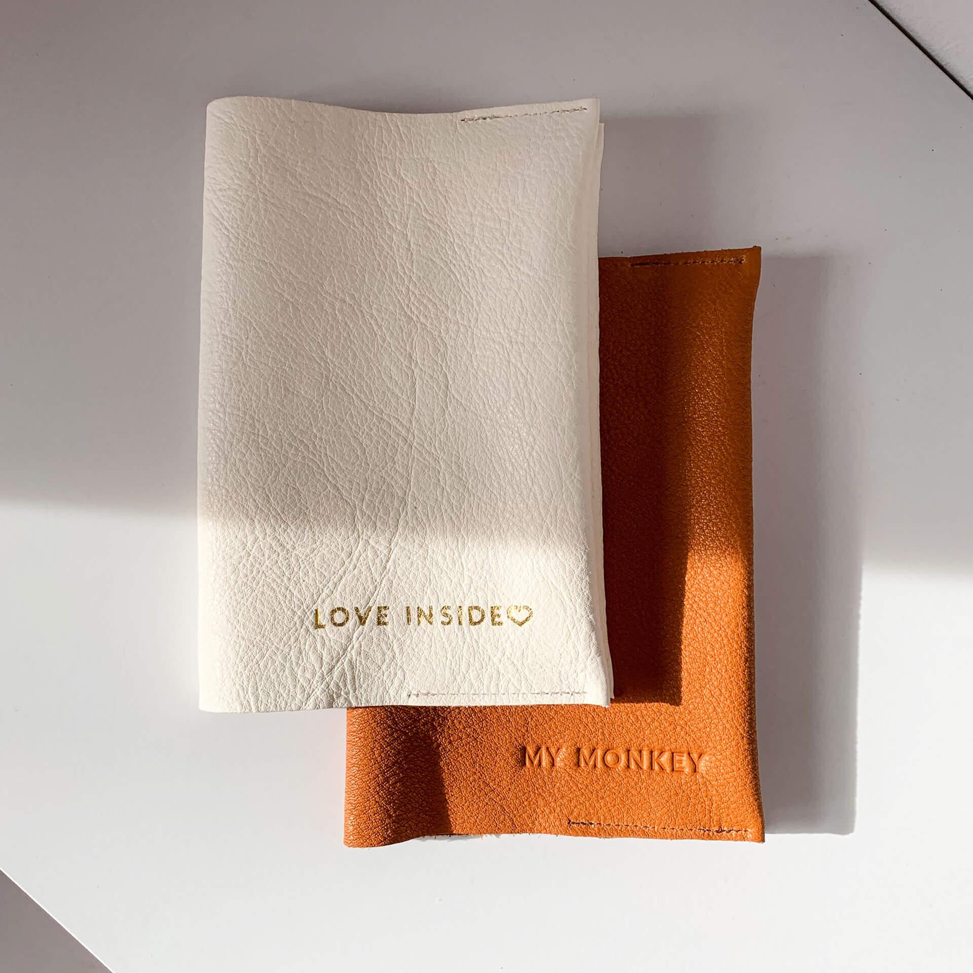 Mutterpasshülle EVE aus nachhaltigem Naturleder in Creme und Cognac mit individuellen Prägungen in Gold und Natur