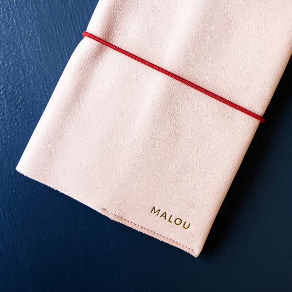 U-Hefthülle EVE aus nachhaltigem Naturleder in Rosa mit individueller Prägung in Gold und rotem Verschlussband