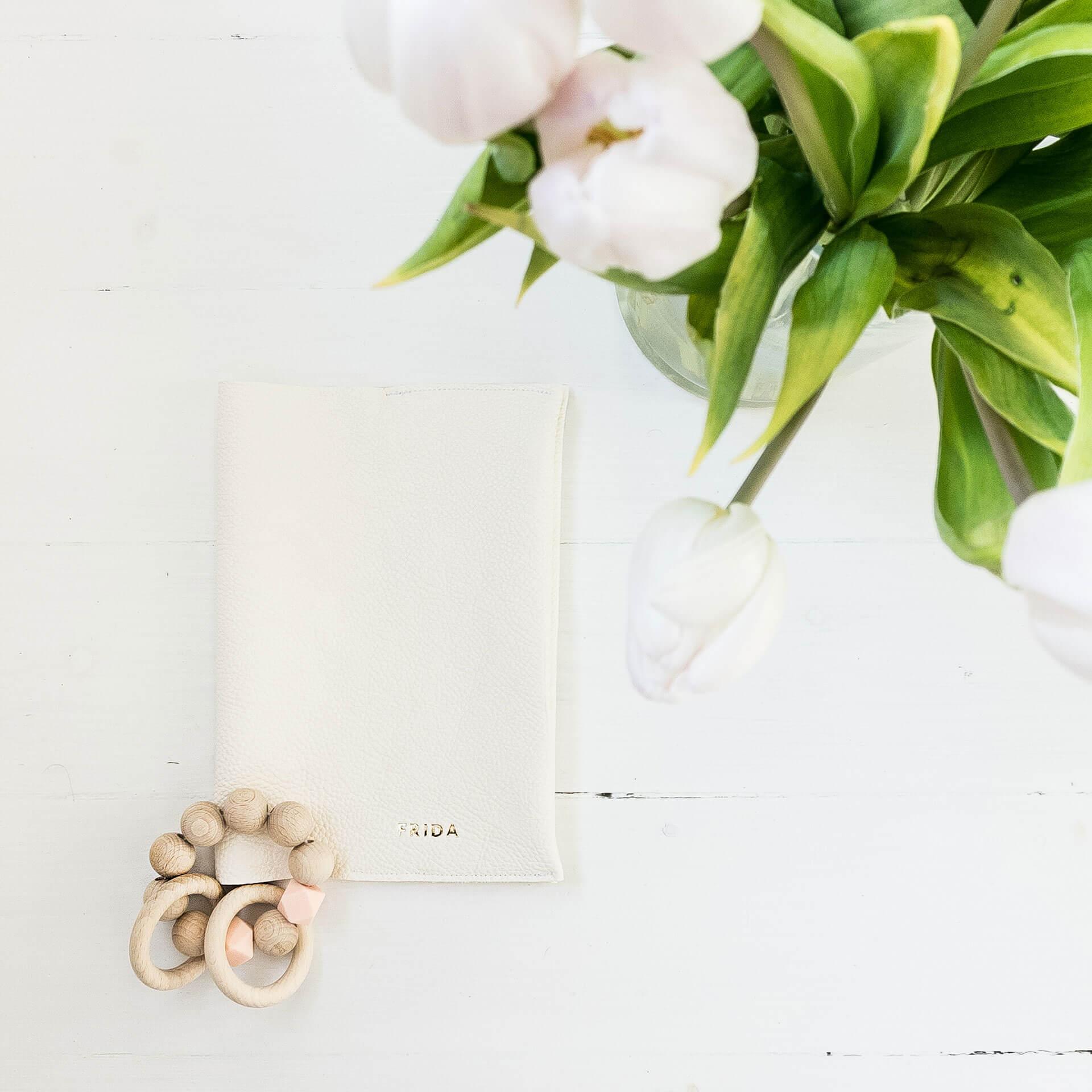 Mood Shot U-Hefthülle EVE aus nachhaltigem Naturleder in Creme mit individueller Prägung in Gold