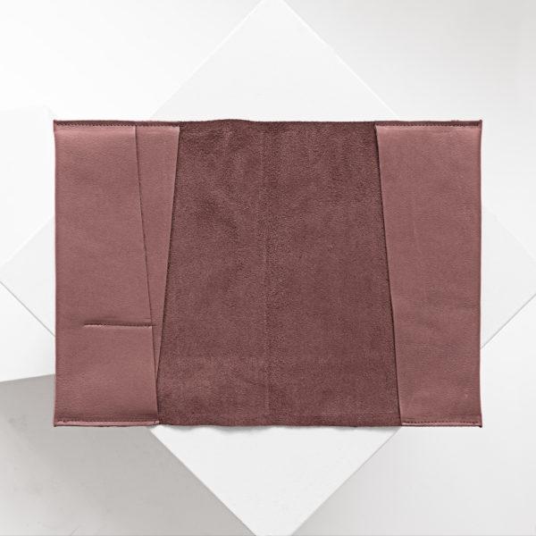 Innenansicht der U-Hefthülle EVE als Einzelhülle aus nachhaltigem Naturleder in Flieder