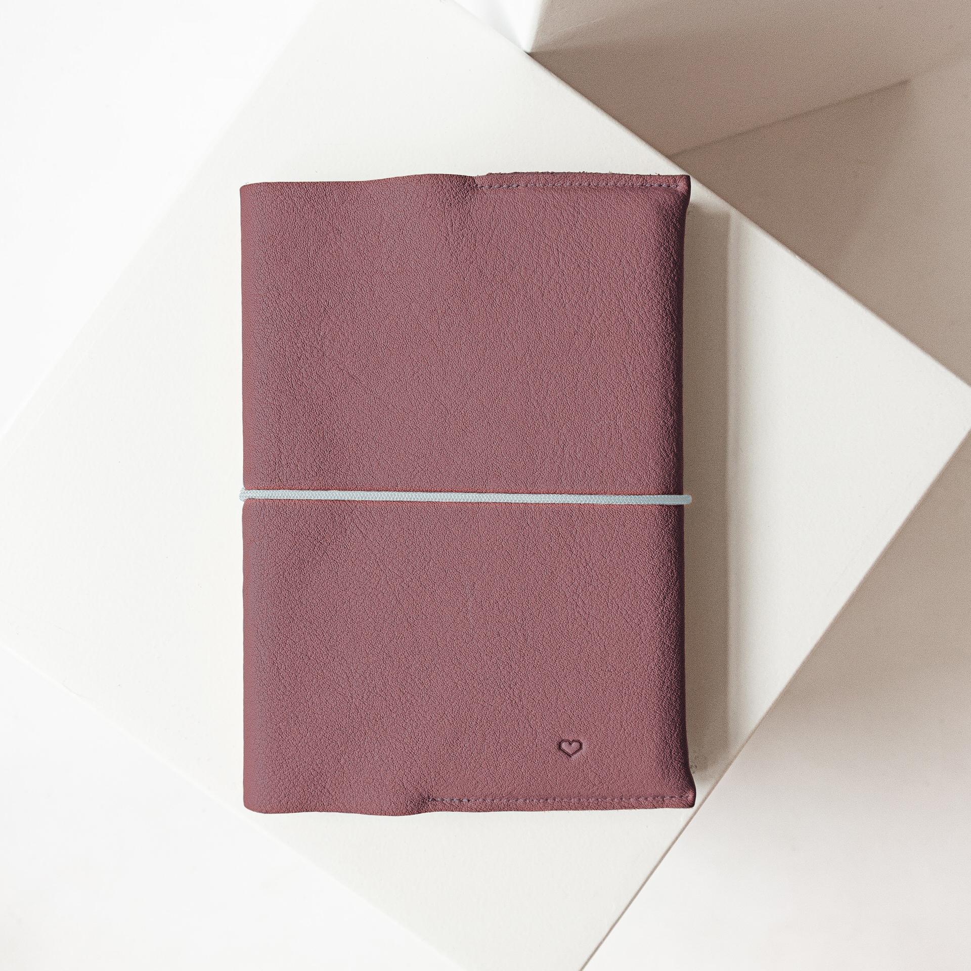 U-Hefthülle EVE aus nachhaltigem Naturleder in Flieder mit schlichter Herz-Prägung und grauem Verschlussband