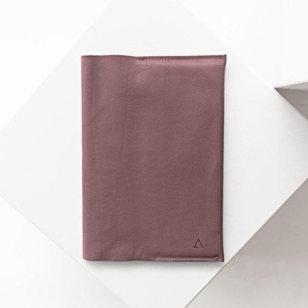 U-Hefthülle EVE aus nachhaltigem Naturleder in Flieder mit dezenter Logoprägung