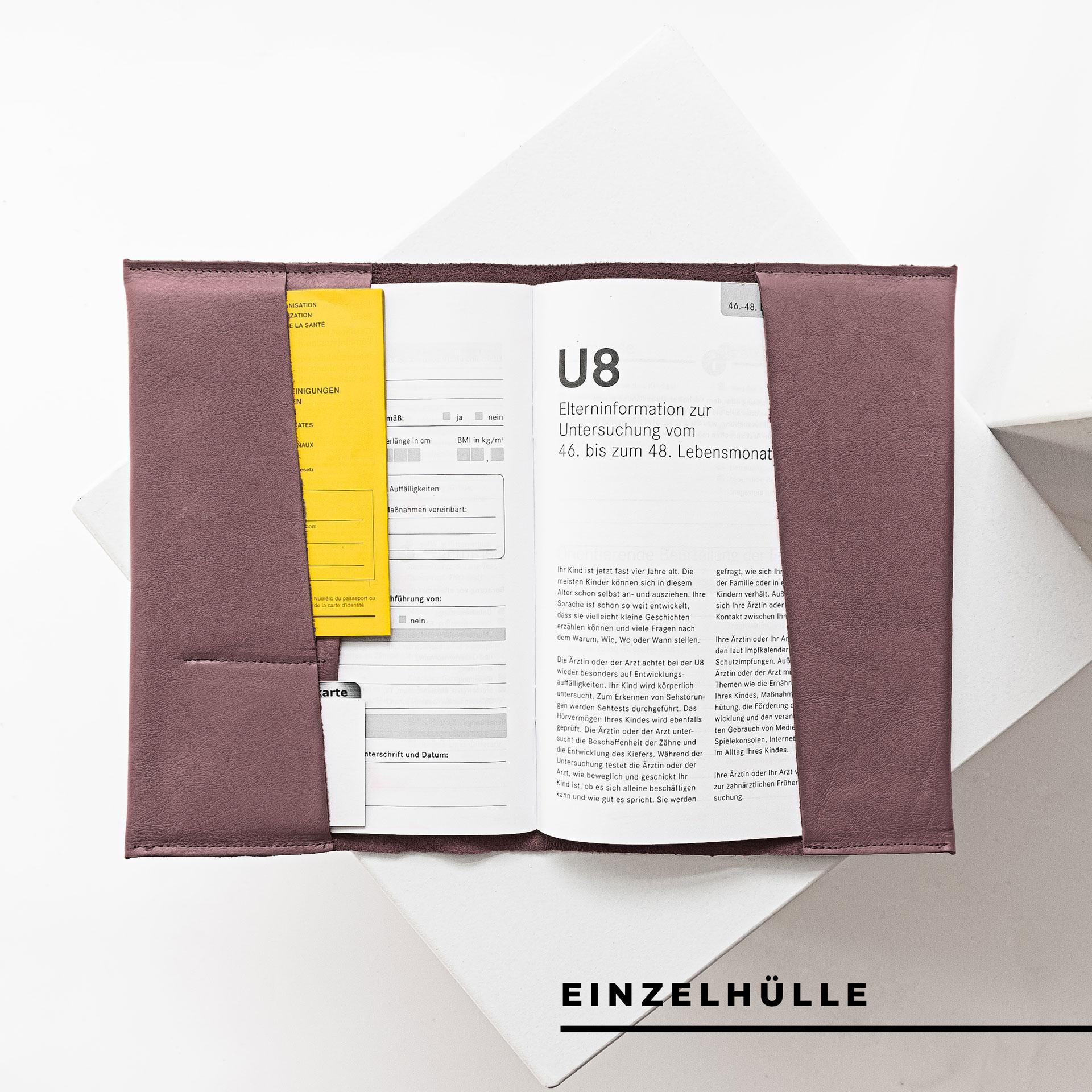 Innenansicht der U-Hefthülle EVE als Einzelhülle aus nachhaltigem Naturleder in Flieder mit U-Heft, Impfpass und Versichertenkarte