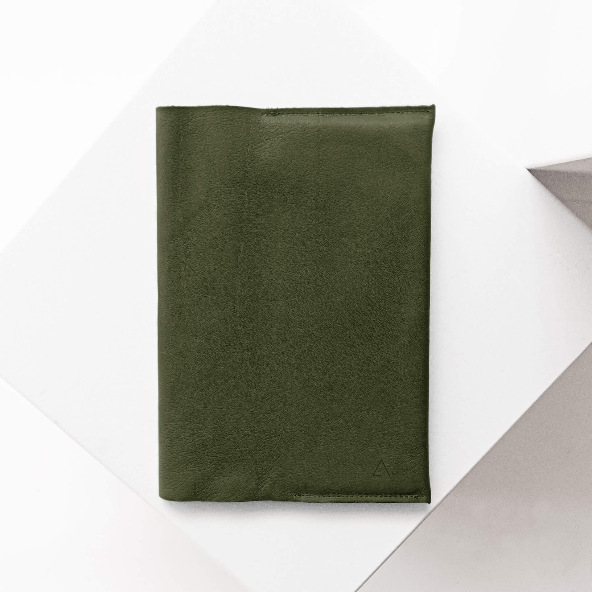U-Hefthülle EVE aus nachhaltigem Naturleder in Oliv mit dezenter Logoprägung