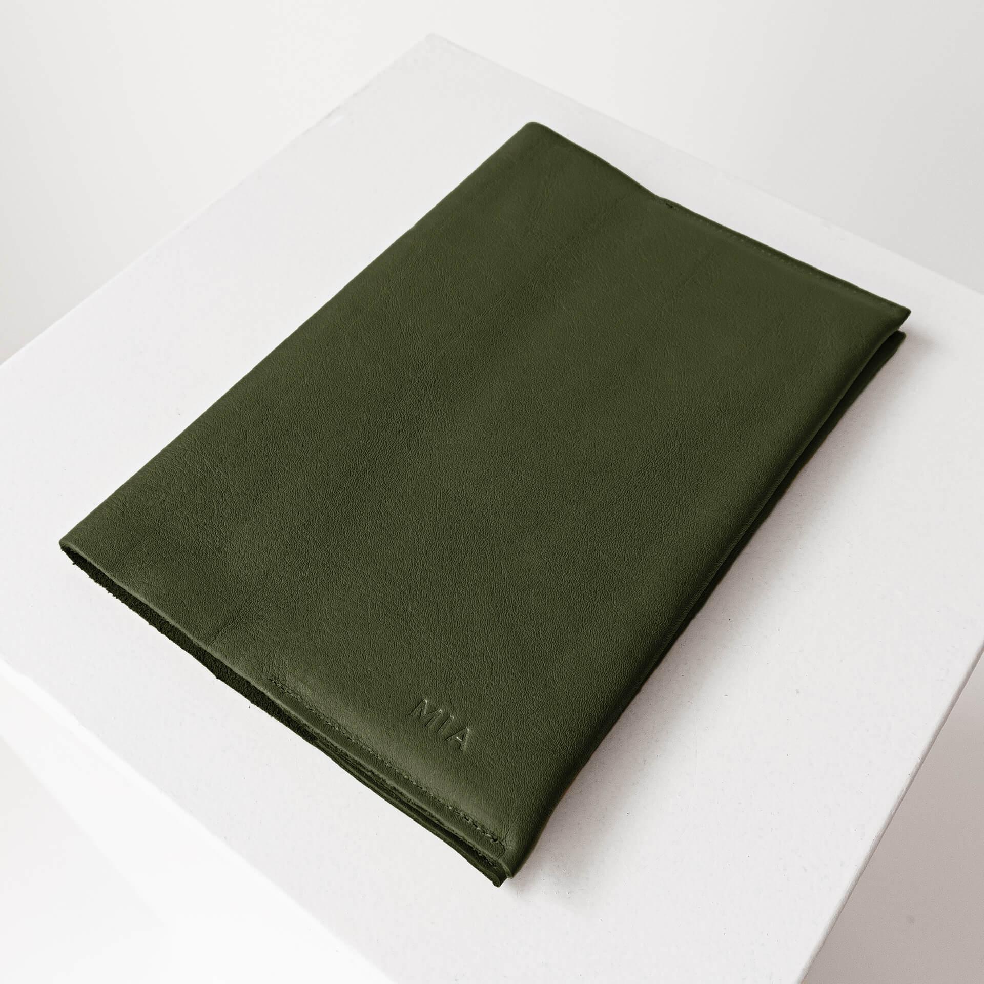 U-Hefthülle EVE aus nachhaltigem Naturleder in Oliv mit individueller Prägung in Natur