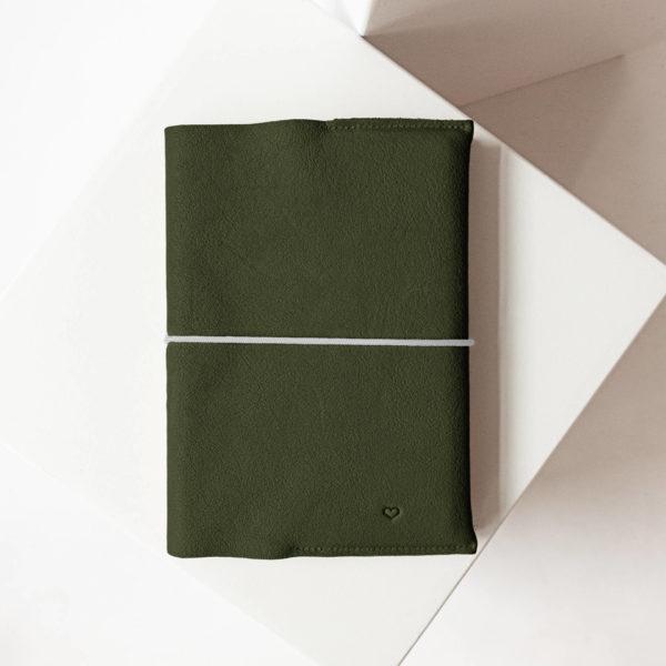 U-Hefthülle EVE aus nachhaltigem Naturleder in Oliv mit schlichter Herz-Prägung und grauem Verschlussband
